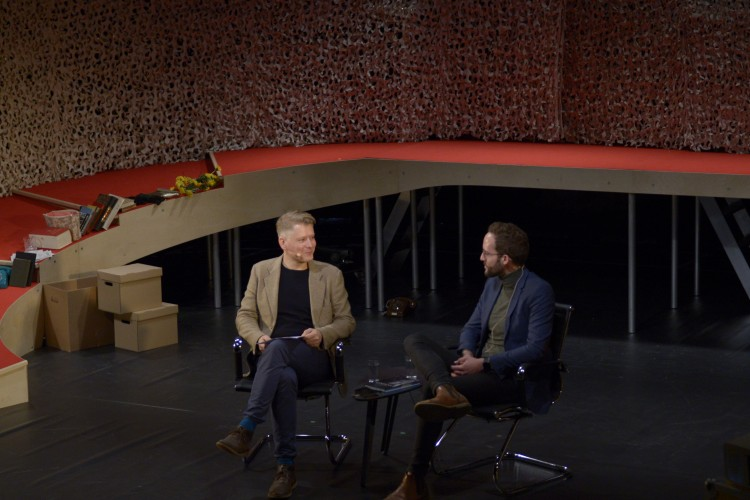 Bjørn André Widvey intervjuer Birger Berge i forbindelse med stykket Kim F på Den nasjonale scene