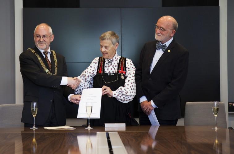 Rektor Sigmund Grønmo og bibliotekdirektør Ole Gunnar Evensen sammen med Kim Friele i forbindelse med kontraktsinngåelse. Foto: Ingvild Festervoll Melien