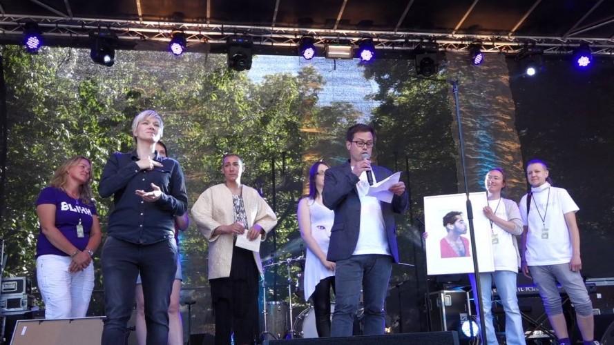 Prosjektleder Runar Jordåen mottar Homofrydprisen under Oslo Pride 2015. Foto: Lyubava Malysheva/Aktivisme i Bergen
