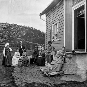 Et foto fra tidlig 1870-tall hvor ihvertfall én av de avfotograferte ser ut til å gå kledd i en klesdrakt som ikke samsvarer med vedkommendes kjønn. Foto: Knud Knudsen, UBB-KK-NBX.0455. Billedsamlingen, UiB.