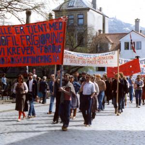 1. mai-tog i Bergen i 1980. Fra fotoarkivet til HBB. Fotograf ukjent. SKA/A-0009 LLH Bergen og Hordalands arkiv, Skeivt arkiv.