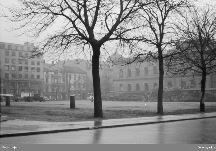 Tullinløkka var et av stedene i Oslo hvor norske og tyske menn møttes. Den gang lå det et underjordisk toalett her. Dette bildet er fra 1942. Foto: Ukjent/Oslo byarkiv.