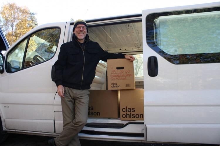 Anfinn Bernaas med sitt arkiv.