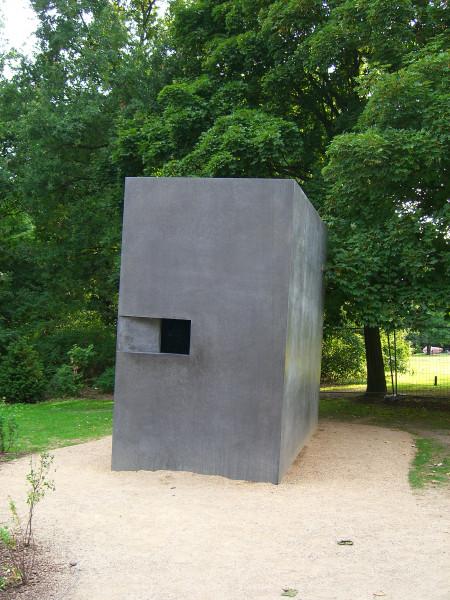I 2008 fikk Berlin et eget minnesmerke over forfulgte homofile under andre verdenskrig. Den litt skeive steinblokken står i utkanten av Tiergarten i Berlin. Monumentet er laget av den norsk-danske kunstnerduoen Ingar Dragset og Michael Elmgreen. Foto: Times/Wikimedia.
