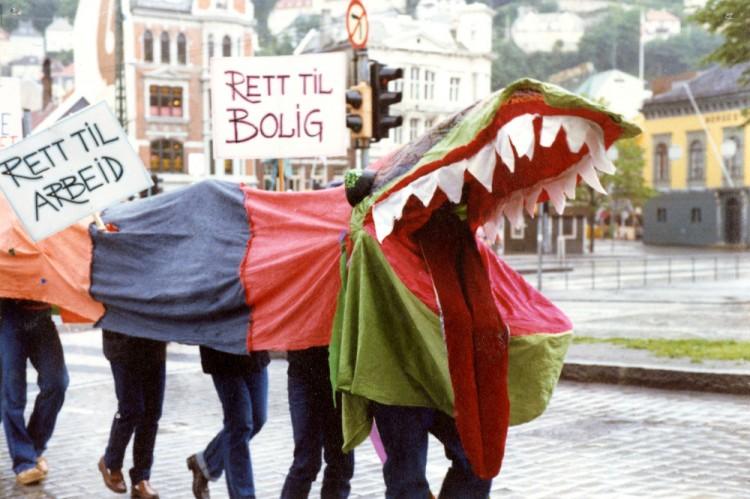 «Rett til arbeid, rett til bolig». Demonstrantene er klare på sitt budskap, men skjuler sin identitet. Den første homoparaden i Bergen, trolig 1981. Foto: FRI Bergen og Hordaland