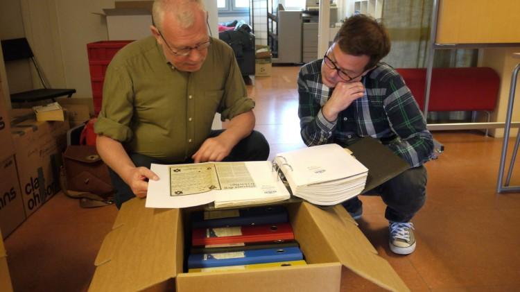 Seniorrådgiver i HivNorge Arne Walderhaug og prosjektleder for Skeivt arkiv Runar Jordåen studerer en mappe Argus-klipp fra 1980-tallet.