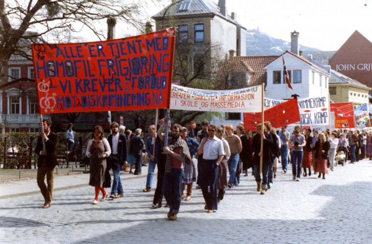 8. mai-tog i Bergen i 1980. Fra fotoarkivet til HBB. SKA/A-0009 LLH Bergen og Hordalands arkiv, Skeivt arkiv. Fotograf ukjent.