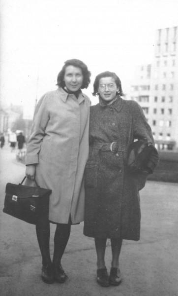 Gunvor Hofmo og Ruth Maier (t.h.) på Drammensveien i Oslo. Det var Gunvors far Erling T. Hofmo som tok dette bildet i april 1942. (Foto: HL-senteret.)