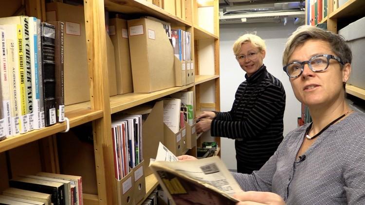 LETER I ARKIVET: Henriette Stensdal (t.v) og Vibeke Hermanrud ) er kuratorer for utstillingen som åpner på Historisk museum 22.juni