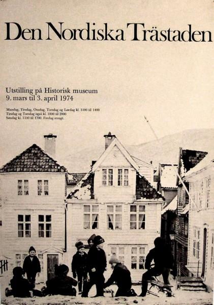 Huset på Sliberget der jeg bodde i 1975 – 76. Leiligheten min var i andre etasje, der det henger blondegardiner på dette litt eldre plakatbildet.