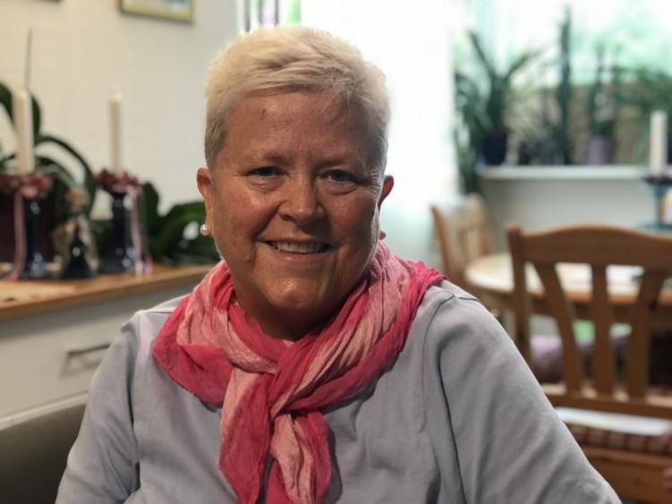 Hilde Raastad (1960),  første lesbiske prest i kirken.