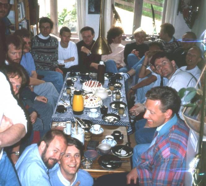 Kaffeslabberas hos Rolf Monsen, 1989. Et nokså spontant innslag i feiringen av HBBs tiårsjubileum. Verten foran til venstre. Alle fotos: Leif Pareli