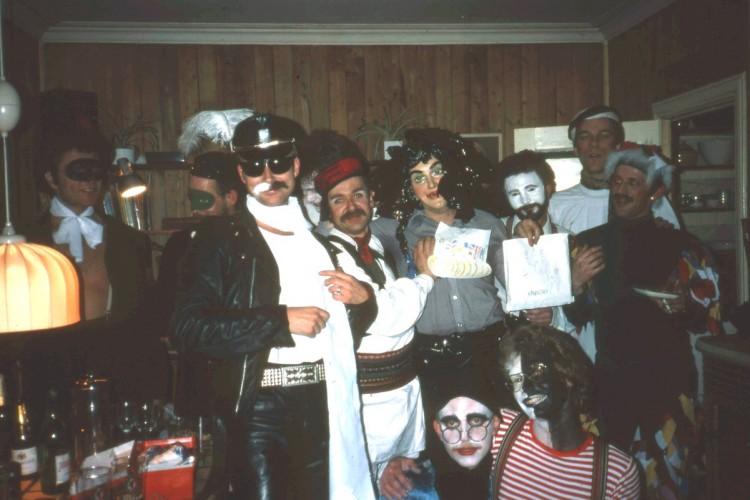 Karnevals-vorspiel hjemme hos Ingebrigt Flønæs, ca 1982. Verten ytterst til høyre. Med svart-hvit bart: Artikkelforfatteren.