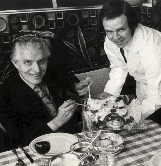 Fra 1970 til 1974 jobbet Kenneth Brophy på Chianti restaurant i daværende Busstasjonen. Her serverer han direktør Kjell Hopen årets første torskemiddag i 1970. FOTO: BA