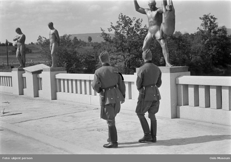Tyske soldater i Vigelandsparken. Foto: Ukjent/Oslo Museum.