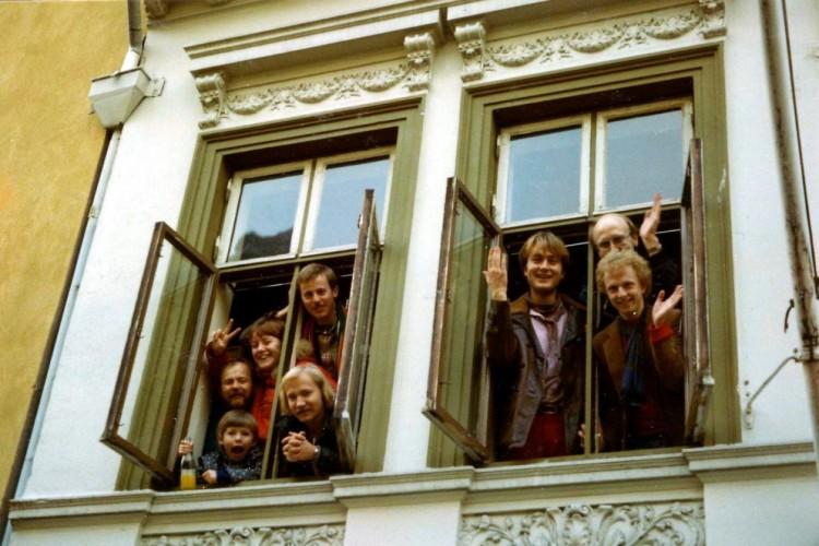 Innflyttingsdugnad hos Rolf Monsen i Steinkjellergaten, november 1978. Dette hjemmet ble et åpent hus for mange i årene som fulgte. Rolf flyttet senere til ny leilighet nær teatret.