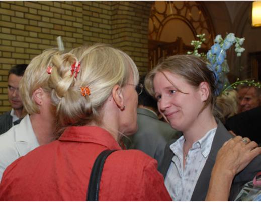 Siri Hall Arnøy mottar gratulasjoner etter avstemning om kjønnsnøytral ekteskapslov på Stortinget. Foto: Ketil Randen (gaysir.no)