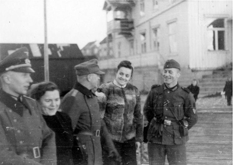 To norske kvinner med tyske soldater i Brønnøysund. Foto: Arkiv i Nordland.