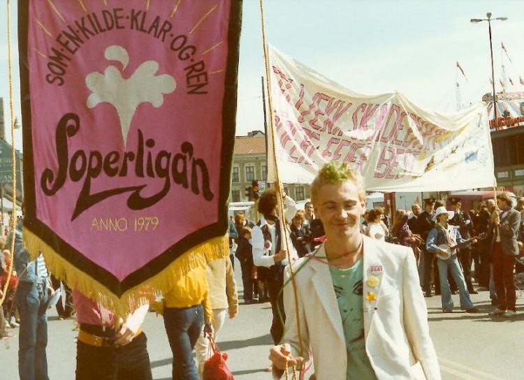 Stein Fosslie med banneret til Soperliga'n. Foto: Kari Einrem.