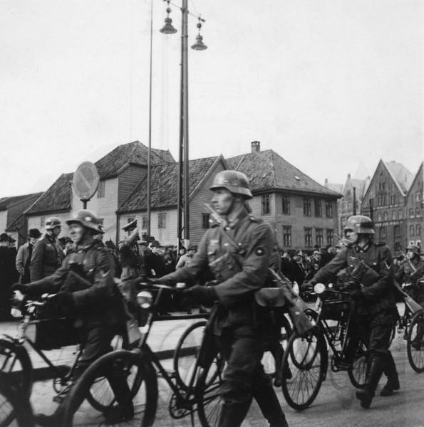 Tyske soldater marsjerer i Vågsbunnen Bergen. Foto: Billedsamlingen, Universitetsbiblioteket i Bergen.
