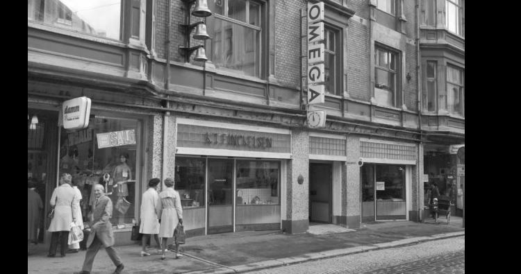 Fasaden til Urmaker Finckelsen i Nygårdsgaten 2, 1958. Foto: Foto: Norvin Reklamefoto/Billedsamlingen, Universitetet i Bergen.
