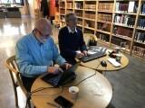 BILDE FOR BILDE: Leif Pareli og Turid Eikvam går gjennom bildene.