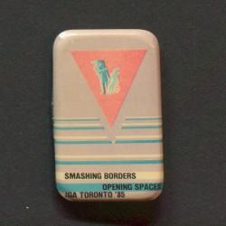 Jakkemerke fra IGA sin konferanse Smashing Borders, Opening Spaces, avholdt i Toronto i 1985. Jakkemerket er fra Kim Frieles arkiv.
