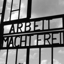 På porten til konsentrasjonsleiren Sachsenhausen står det skrevet Arbeid macht frei. Kilde: Wikimedia commons (CC-BY-SA, lastet opp av bruker Muu-karhu).