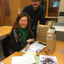 Forteller Charlotte Øster på lesesalen sammen med faglig leder for Skeivt arkiv, Runar Jordåen. Foto: Vestfoldarkivet