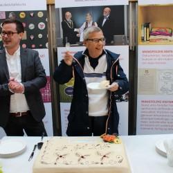 Kim Friele og prosjektleder Runar Jordåen nyter kake etter overstått åpningsarrangement 15. april 2015.