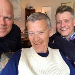 Skeivt arkiv sitt intervjuteam på besøk hos Kim Friele. Fra venstre: Jo Hjelle, Kim Friele og Bjørn André Widvey