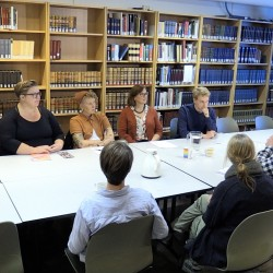 Forskergruppen besøker Skeivt arkiv.