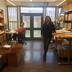 Oxana Velichko og Inger Lene Nyttingnes på Spesialsamlingenes ompakkingsrom hvor katalogiseringsarbeidet foregår.
