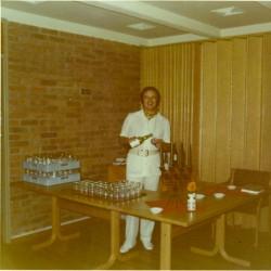 Kenneth Brophy setter opp baren på Folkets Hus.
