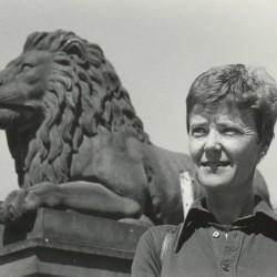 Kim Friele foran Stortinget i 1975 i forbindelse med utgivelsen av boken Fra undertrykkelse til opprør. Foto: Ivar Aaserud, VG/Kim Frieles arkiv