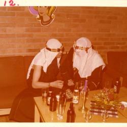 To kostymekledde festdeltakere på karneval i regi av Homofil Bevegelse i Bergen. Fra HBBs fotoarkiv.